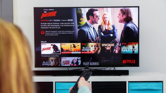 Una persona guarda netflix sul TV